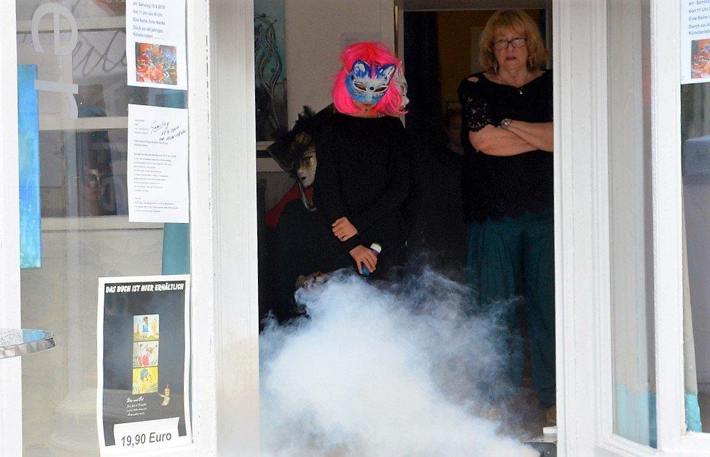 """Künstlerin Hanna Nebel hatte den Eingang zu ihrem Atelier mit einer Nebelmaschine etwas """"vernebelt"""". (Foto: © Martina Hörle)"""