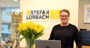 Vor einem Jahr hat sich Augenoptikermeister Stefan Lorbach an der Emdenstraße in Ohligs selbstständig gemacht. Er freut sich über den großen Zulauf und die vielen zufriedenen Kunden. (Foto: © Martina Hörle)