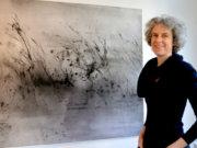 Künstlerin Petra Fröning befasst sich seit vielen Jahren mit Landschaftsmalerei. Auf großen Nessel- oder Leinentüchern entstehen mit Tusche und Wasser einzigartige Effekte. (Foto: © Martina Hörle)