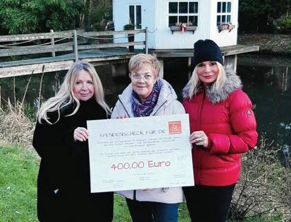 Am Dreikönigstag konnte sich Carola Horlemann vom Verein Fellfreunde e. V. über eine Spende von 400 Euro freuen. Karen Ulrich und Marina Welsch überreichten den symbolischen Scheck. (Foto: © Michael Boeck)