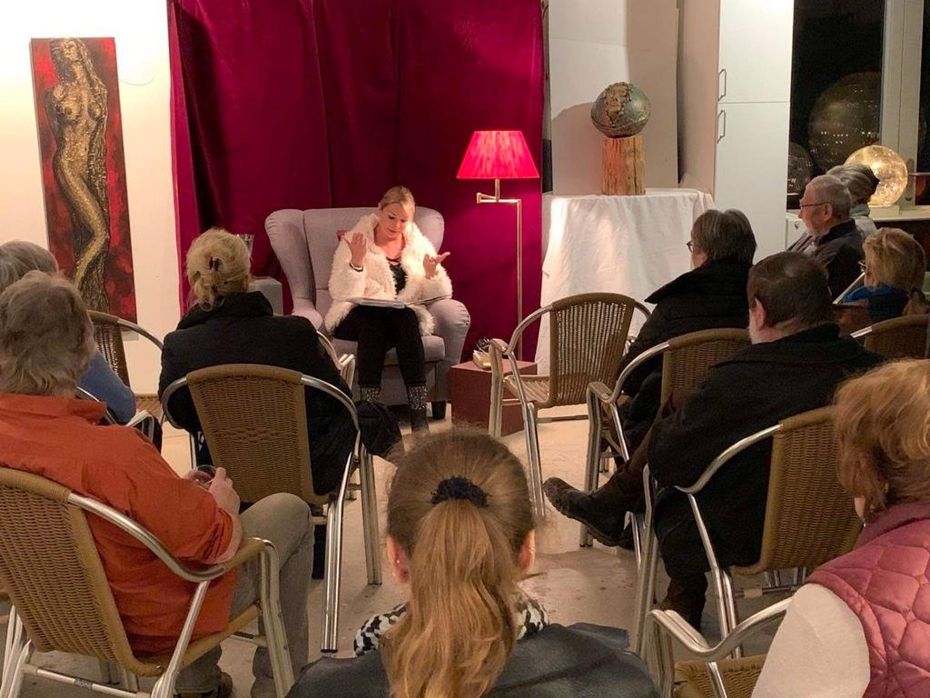 Im Rahmen der VorleseNacht gab Marina Welsch Erlebnisse der Straßenhündin Phoebe zum Besten. Die Besucher im Atelier Rahmenkunst hörten gespannt zu. (Foto: © Karen Ulrich)