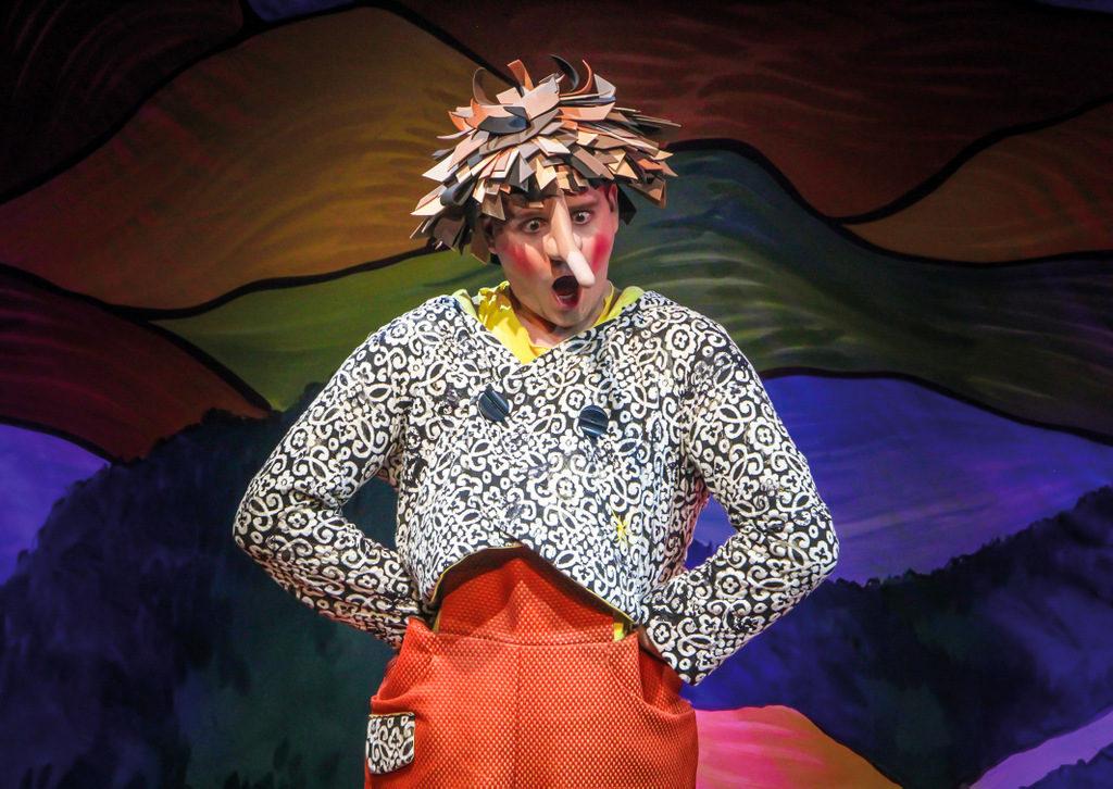 Immer, wenn Pinocchio es mit der Wahrheit nicht so genau nimmt, wächst seine Nase. Hier René Britzkow in der Rolle der hölzernen Puppe. (Foto: Klaus Lefebvre)