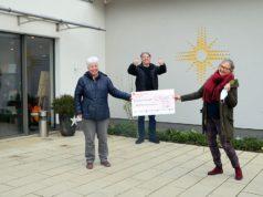 (v. li. Angelika Beyer, Timm Kronenberg, Kristina Eckel) Freuen sich über den schönen Erfolg der Künstleraktion (Foto: © Martina Hörle)