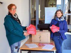 Andrea Heinz (li) und Andrea Pohl sind ehrenamtlich für die Gemeinde St. Sebastian tätig. Sie setzen sich intensiv für die vor einer Woche gestartete Postkartenaktion ein. (Foto: © Martina Hörle)