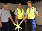 Die Verkehrssicherheitsexperten Thomas Müller, Ulrich Schmidt und Katrin Grastat informieren und beraten zum Thema sichere Kleidung im Straßenverkehr. (Foto: © Martina Hörle)