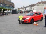 Die Mitarbeiter der Verkehrssicherheit zeigten in einer eindrucksvollen Demonstration die Auswirkungen einer verlängerten Reaktionszeit. Schon eine halbe Sekunde reichte aus, um den Dummy in Kindergröße frontal zu erfassen. (Foto: © Martina Hörle)