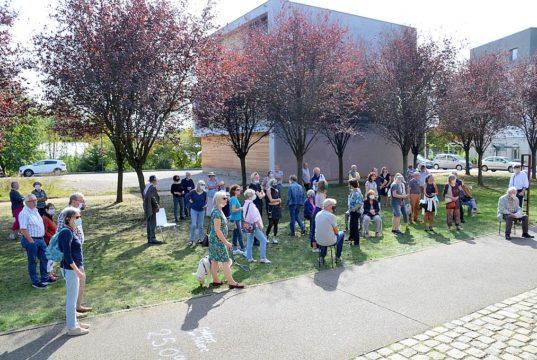 Viele Besucher waren zur Vernissage der Projektgruppe Druckgrafik Bergisch Land in die Galerie Kirschey gekommen. Die vielfältigen Werke der Druckkunst stießen auf reges Interesse. In kleinen Gruppen fand ein reger Informationsaustausch statt. (Foto: © Martina Hörle)