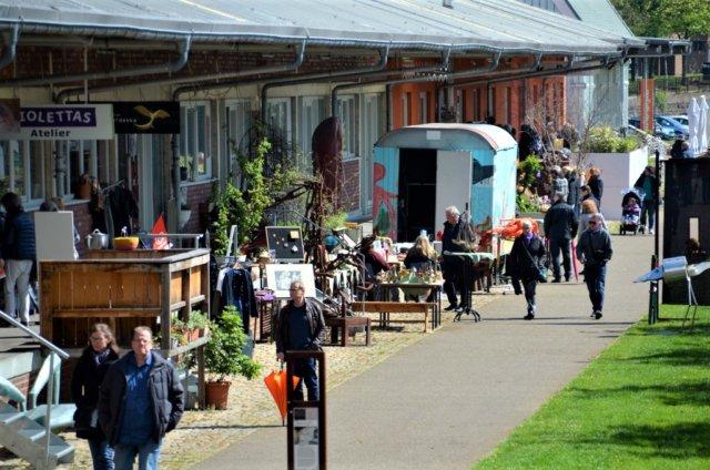 Der erste Rampenflohmarkt im Südpark sorgte für super Stimmung. Die Besucher nutzten gerne die Möglichkeiten zum Stöbern und Feilschen. (Foto: © Martina Hörle)