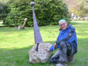"""Berthold Welter zeigt elf Skulpturen aus seiner Serie """"Raumgreifen"""" auf dem Friedhofsgelände des Botanischen Gartens. Dieses Werk ist eine Kombination aus Kalkstein, Robinie und Farbe. (Foto: © Martina Hörle)"""