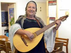 Die pensionierte Volksschullehrerin Regine Weiß ist unter anderem im Café Courage, bei den Naturfreunden Theegarten und als Pummelelfe aktiv. Für sie hat der Tag einfach zu wenig Stunden. (Foto: © Martina Hörle)