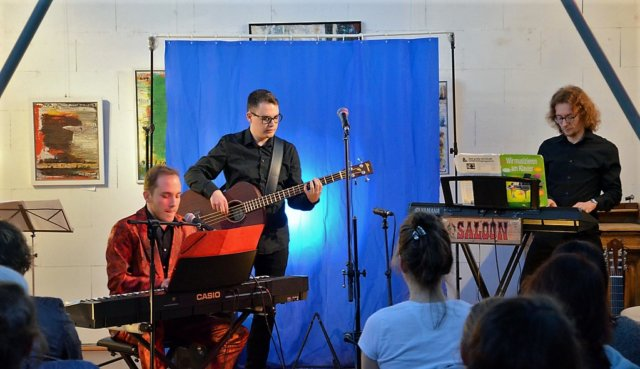 (v. li.) Robert Schreiber, Richard Collings und Florian Liermann lieferten am Sonntagabend ein buntes Programm aus Klamauk, selbst geschrieben Songs und guter Musik. (Foto: © Martina Hörle)