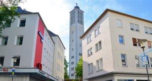 Die Rostertreppe führt von der Hauptstraße hoch zur Evangelischen Stadtkirche. Sie soll jetzt bunt gestaltet werden. (Foto: © Martina Hörle)