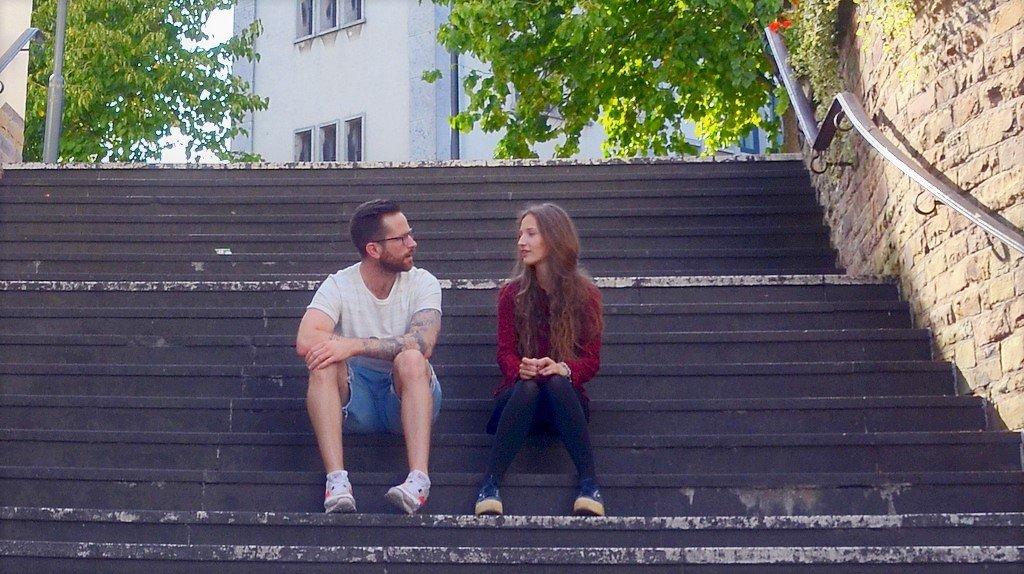 Nicholas Dewenter und Jana Sahler vom Organisationsteam planen letzte Schritte vor Ort. Am Samstag um 14 Uhr ist die Präsentation der gestalteten Treppe. Dazu gibt es ein buntes Programm. (Foto: © Martina Hörle)