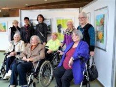 Sabine Schulz-Wolff betreut seit über zehn Jahren die Malgruppe im Eugen-Berting-Haus. Die Senioren haben ihre Werke schon mehrfach bei Kunstgenuss 60+ ausgestellt. (Archivfoto: © Martina Hörle)