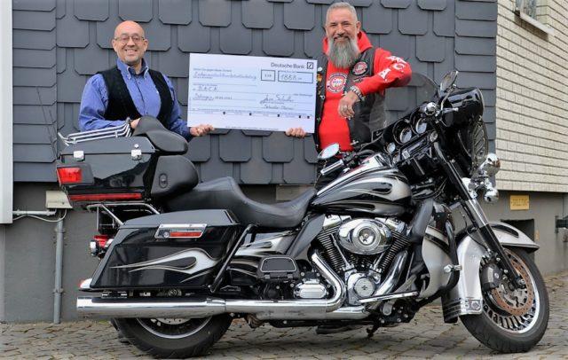 Am Samstag übergab Lars Scheidler (li) an Eightball von B.A.C.A einen Spendenscheck über 1.888 Euro. (Foto: © Martina Hörle)