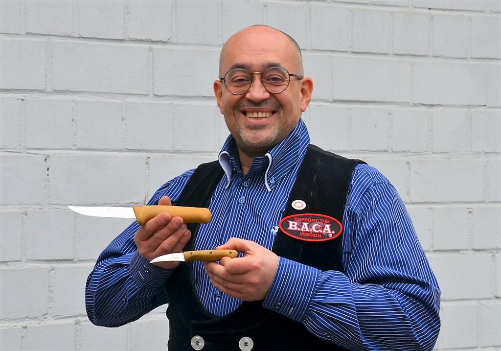 Messermacher Lars Scheidler hat bereits ein neues Messer entworfen. Hier im Vergleich das neue, größere Kochmesser, darunter das kleine Schälmesser. (Foto: © Martina Hörle)