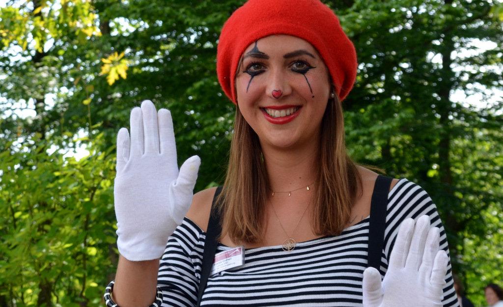 Mitarbeiterin Svenja Gutheil trug bei ihren Pantomimen ein bezauberndes französisches Outfit. (Foto: © Martina Hörle)