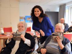 Heute übergaben Mariella Ahrens und Petra Krötzsch vom Verein Lebensherbst zwei VR-Brillen an die Bewohner der Senioreneinrichtung Bethanien. Hier probieren Ingrid Eberhard (li.) und Helma Warda (re.) die neuen Brillen aus. Schirmherrin Mariella Ahrens freut sich mit den beiden Seniorinnen. (Foto: © Martina Hörle)