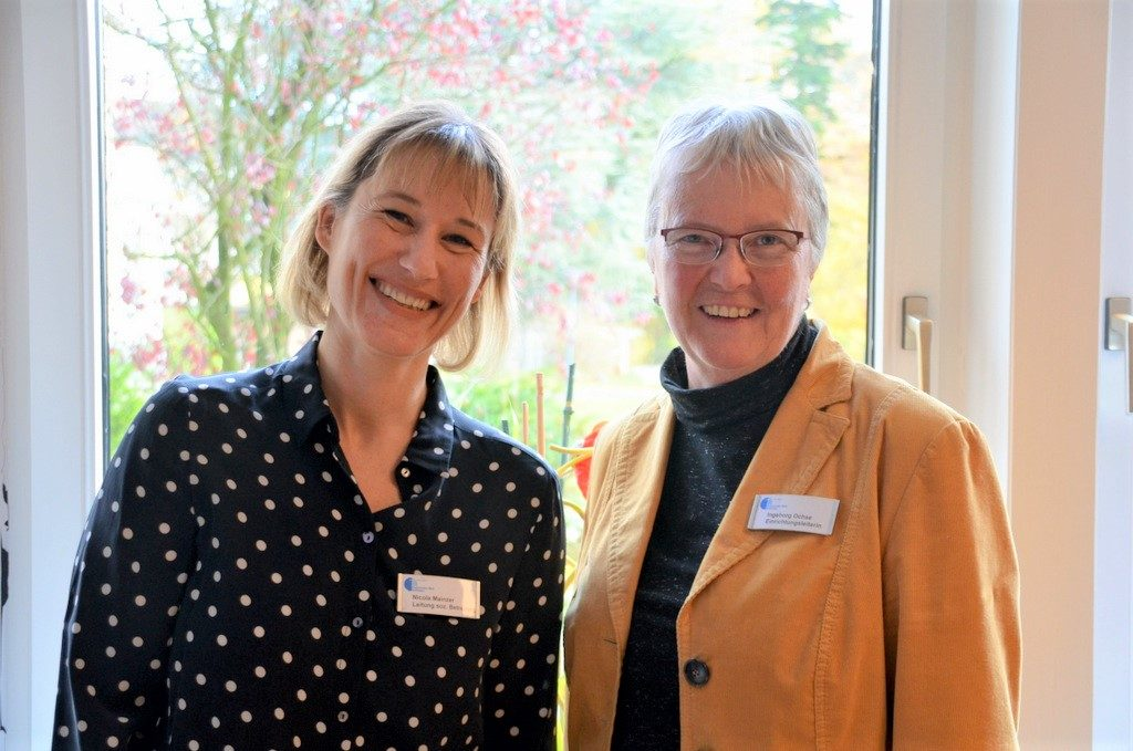 Nicola Mainzer (li.), Leitung der sozialen Betreuung, und Einrichtungsleiterin Ingeborg Ochse haben schon viele Ideen, wie man die VR-Brillen in der Betreuung einsetzen kann. (Foto: © Martina Hörle)