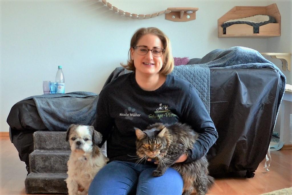 Neben Puppi leben auch sechs Katzen bei Nicole Müller. Der kleine Cliff wohnt eine Etage weiter unten bei Nicoles Eltern. (Foto: © Martina Hörle)