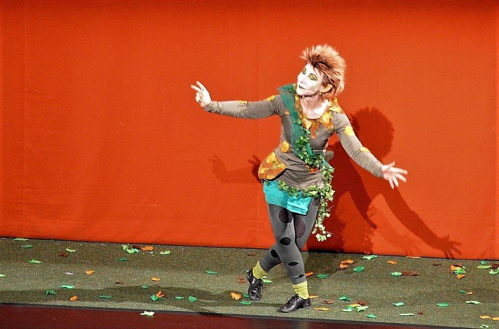 """Kemperdick steht sowohl mit dem Solinger Stadtensemble als auch mit dem Ensemble Profan auf der Bühne des Solinger Theaters. Hier spielt sie den Puck in dem Stück """"Sommernachtstraum"""" des Stadtensembles. (Archivfoto: © Martina Hörle)"""
