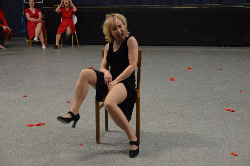 """Beim Tanztheater 55+ assistiert Renate Kemperdick einerseits dem Choreografen Marcus Grolle, andererseits steht sie selbst als Akteurin in dem neuesten Projekt """"Glück"""" auf der Bühne. (Archivfoto: © Martina Hörle)"""