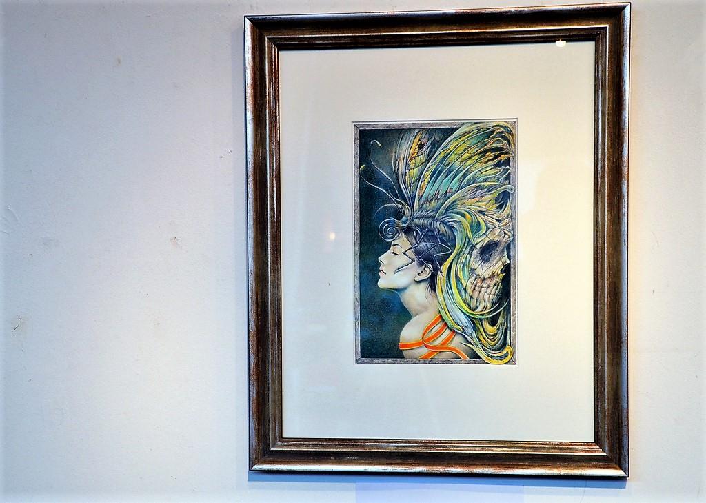 Künstler Ingo Schleutermann arbeitet, ebenso wie die verstorbene Künstlerin, im Bereich der visionären Kunst. Seine Farbstiftzeichnung spiegelt die Endphase der Künstlerin wieder, in der sie bereits eine gewisse Todessehnsucht zeigte. (Foto: © Martina Hörle)