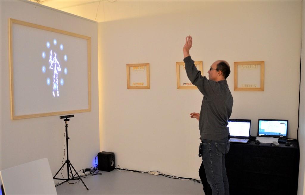 Ingo Nolden demonstriert die Funktion der kinetischen Kamera. Gemeinsam mit Carla Froitzheim präsentiert er das Light Painting in der Galerie Kirschey. (Foto: © Martina Hörle)