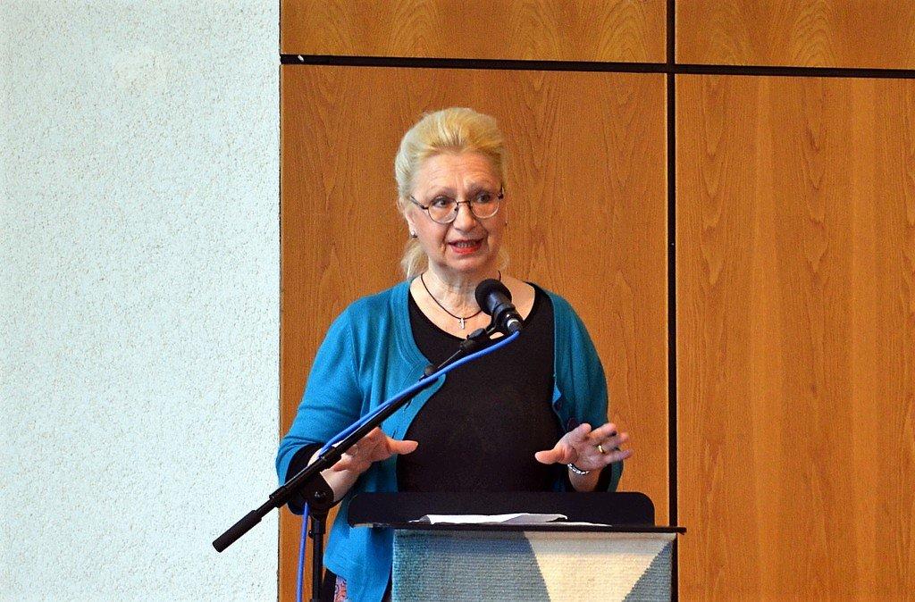 Beate Schönknecht, Vorsitzende des Aufderhöher Weihnachtsmarkts e. V. dankt allen Beteiligten für ihren Einsatz. Sie freut sich über einen Erlös in Höhe von 8.000 Euro. (Foto: © Martina Hörle)