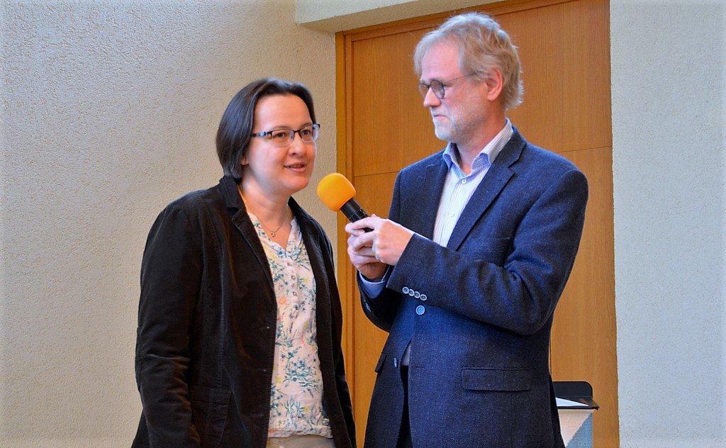 Hartmut Fehler interviewt die Spendenempfänger. Hier berichtet Claudia Rohlfing von den Schulen in Mali. (Foto: © Martina Hörle)