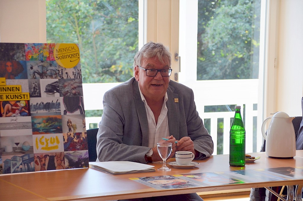 """Joachim Radtke vom Stadtmarketing erklärt die Teilnahmebedingungen für das Gewinnspiel """"3 aus 38"""". (Foto: © Martina Hörle)"""