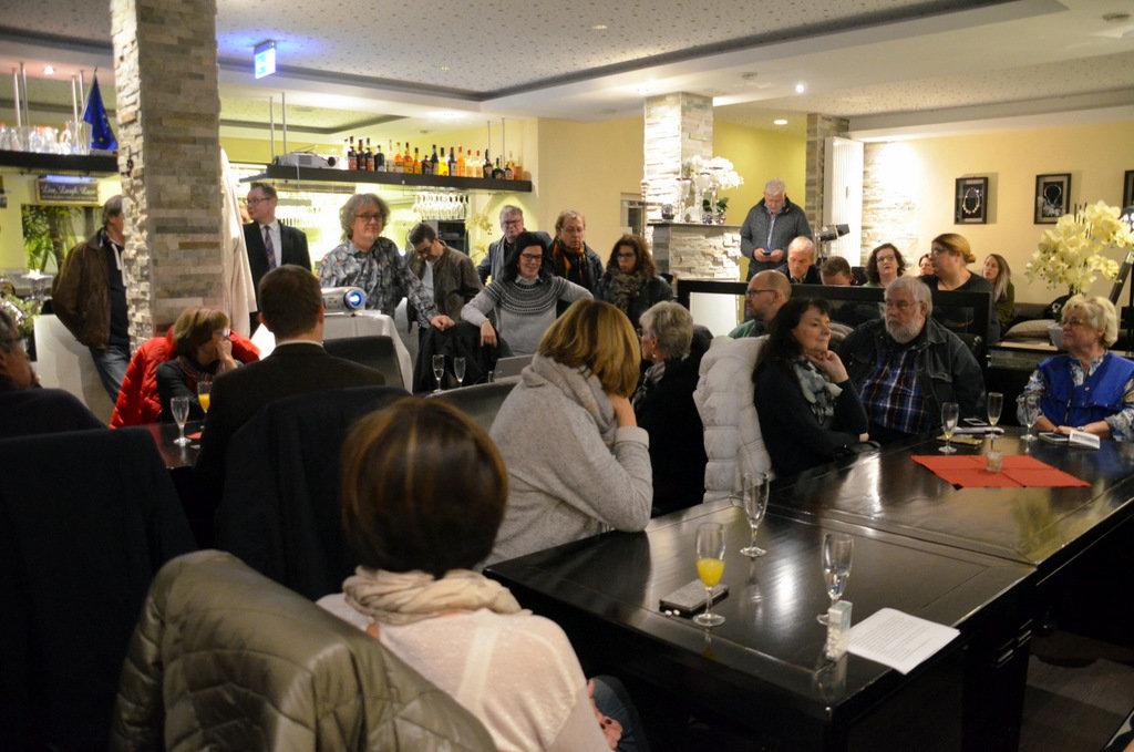Zahlreiche interessierte Bürger und Geschäftsleute trafen sich beim Start der Ohligs App. (Foto: © Martina Hörle)