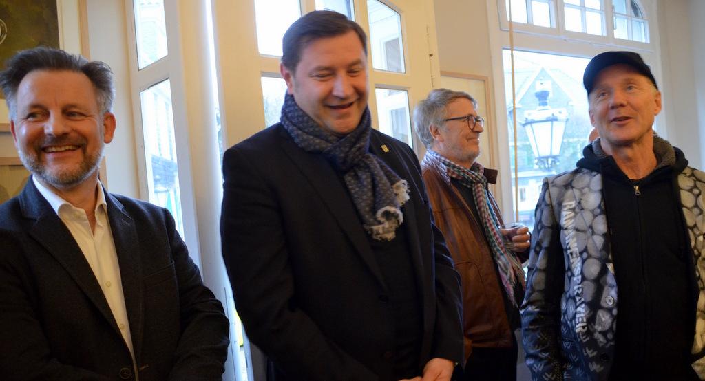 Dirk Balke (li), OB Tim Kurzbach (Mitte) und Künstler Thomas Baumgärtel (re.) heißen die rund 50 Gäste herzlich willkommen. (Foto: © Martina Hörle)