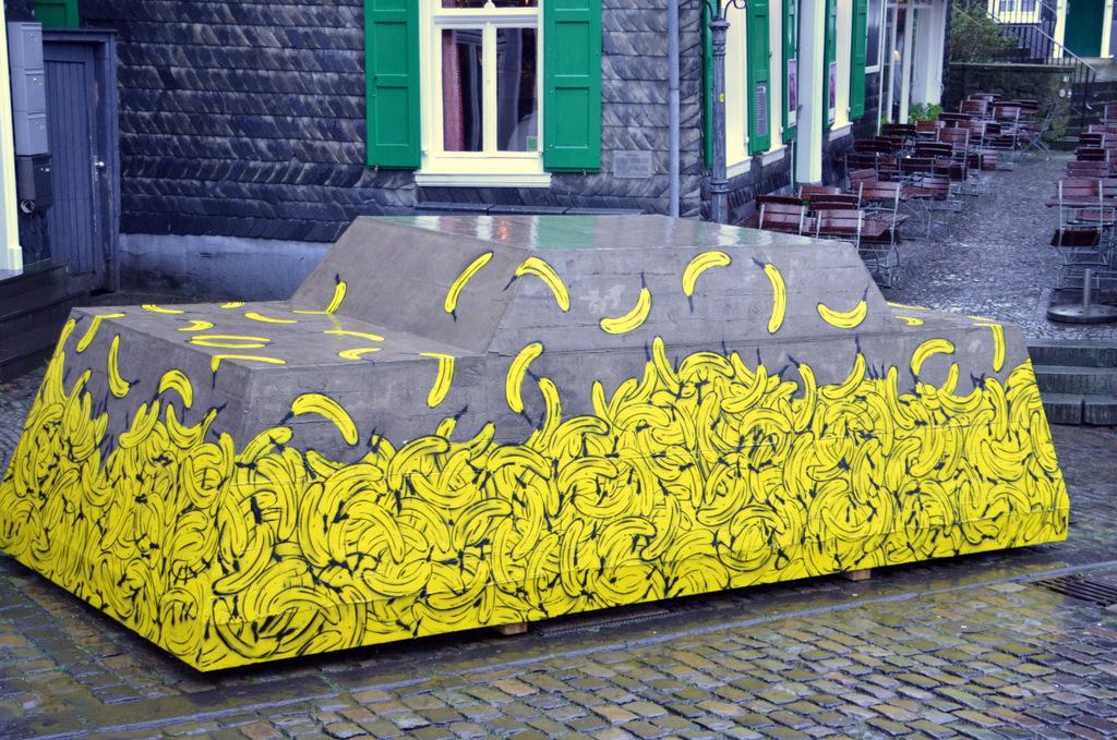 """Die Plastik """"Ruhender Verkehr"""" ist dem Original von Wolf Vostell nachempfunden. Mit dieser Kampagne will Künstler Baumgärtel auf die Verkehrsexplosion hinweisen. (Foto: © Martina Hörle)"""