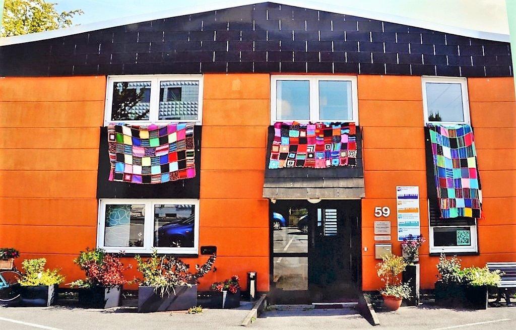Aus rund 250 Quadraten sind bislang drei große Schutzdecken entstanden. Sie symbolisieren Wärme, Schutz und Geborgenheit. (Foto: © Martina Hörle)