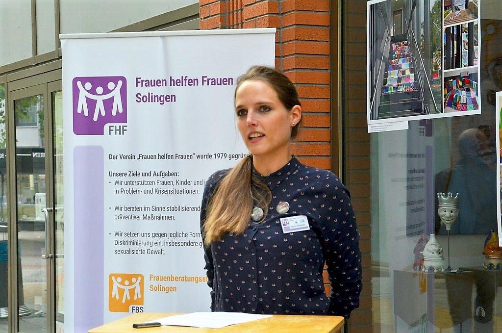 Sigrid Schneider von Fabs hielt zur Begrüßung eine kurze humorvolle Ansprache, die mit einigen Wortspielen gespickt war. (Foto: © Martina Hörle)
