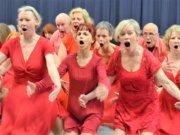 """Das Tanzensemble """"Meine Zeit – ein Raubtier"""" zeigt am 22. Februar in einer Premiere das neue Stück """"Glück"""". Der """"Lach-Chor"""" wirkt in seiner kraftvollen Darbietung bedrohlich. (Foto: © Martina Hörle)"""