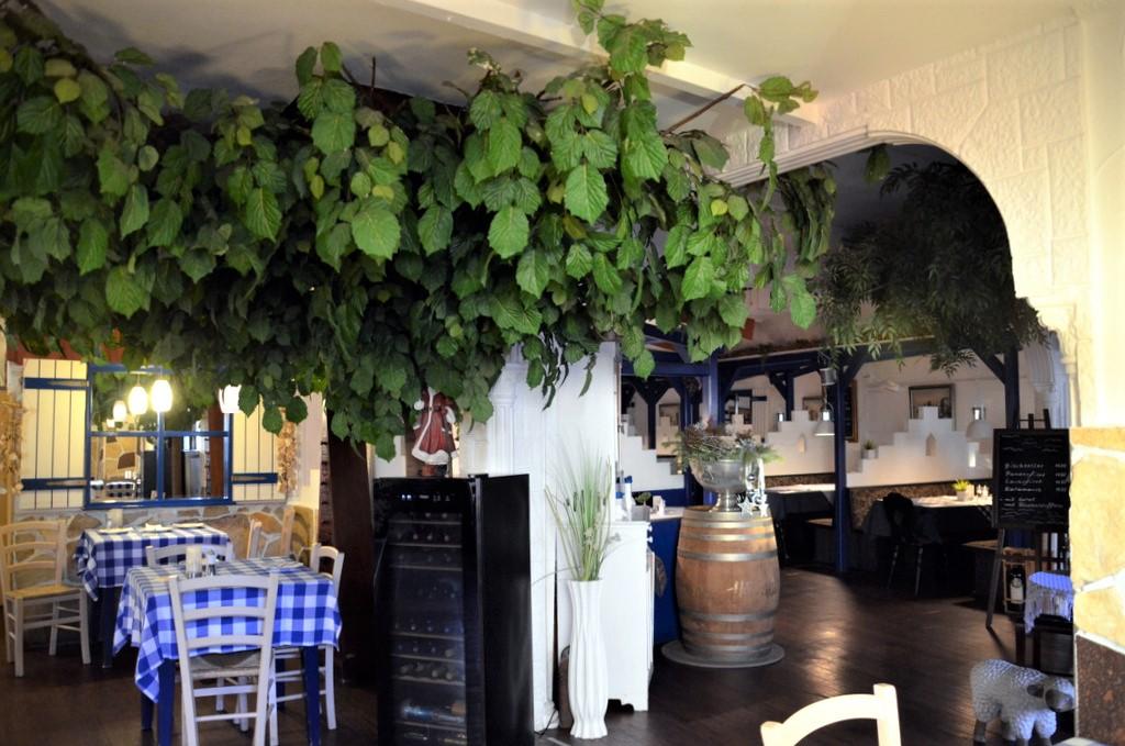 Das Lokal ist ganz im griechischen Stil eingerichtet. Auch die Speisekarte bietet ausschließlich griechische Köstlichkeiten. (Foto: © Martina Hörle)