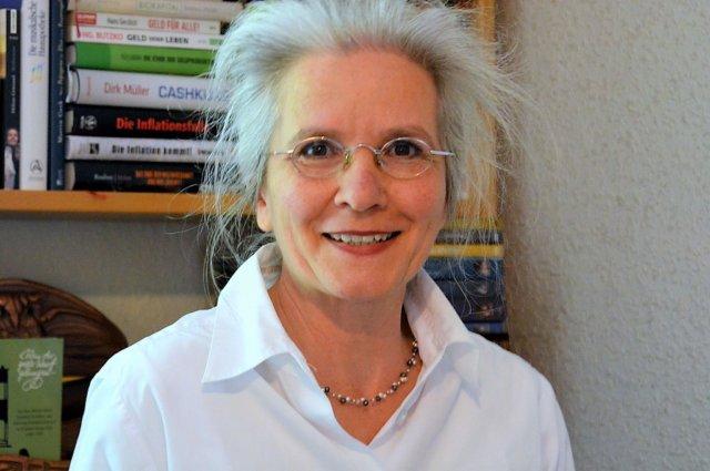Bloggerin Ulrike Sokul ist gelernte Buchhändlerin. Seit einigen Jahren begeistert sie die Szene mit ihren Buchbesprechungen. (Foto: © Martina Hörle)