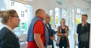 Zur Vernissage von Dirk Balke (re.) waren auch Künstlerkollegen erschienen, die sich sehr interessiert mit den neuen Arbeiten auseinandersetzten. (Foto: © Martina Hörle)