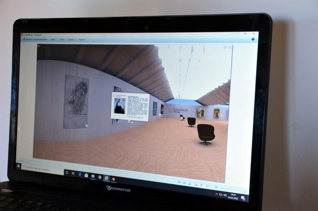 Die drei virtuellen Räume der Galerie können mit unterschiedlichem Mobiliar und farbigen Wänden individuell auf die gezeigten Werke abgestimmt werden. (Foto: @ Martina Hörle)