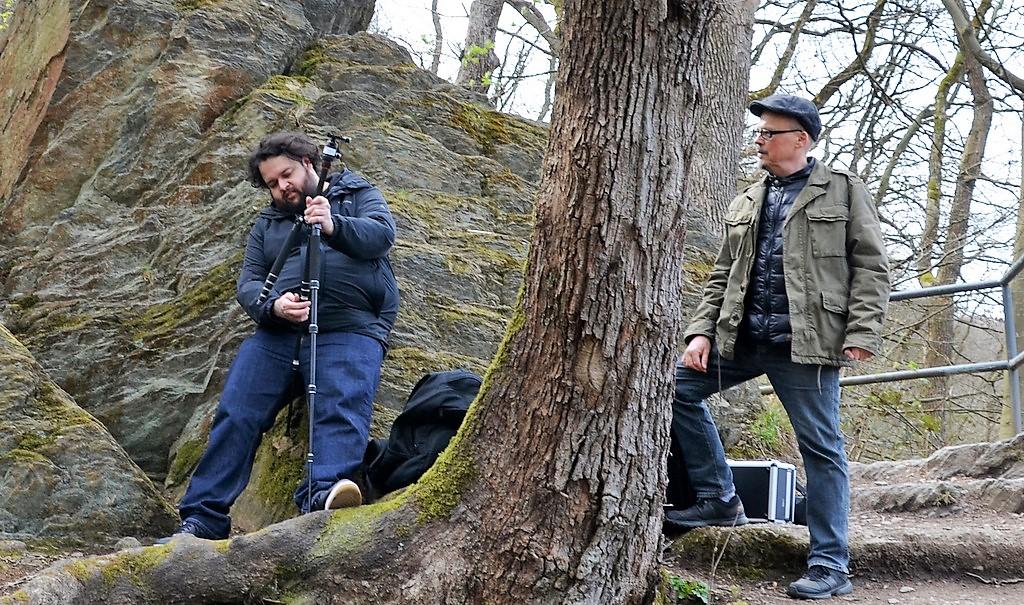 Paulo Borutta (li.), Videograf aus Köln, erstellte aus den Beiträgen ein 90-minütiges Leseabenteuer. Rechts daneben Dr. Manfred Luckas, der die Lesung begleitete. (Foto: Martina Hörle)