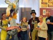 """Die zehnjährige Celine hatte bei der Namensfindung gewonnen. Am Samstag nahm sie in Begleitung ihrer Eltern von Künstler Lothar Ruthmann (Mitte) ihren Preis, ein gerahmtes Bild des """"Waschlappens"""", entgegen. Saskia Bela (li.) hatte die Karte aus der Lostrommel gezogen. (Foto: © Martina Hörle)"""