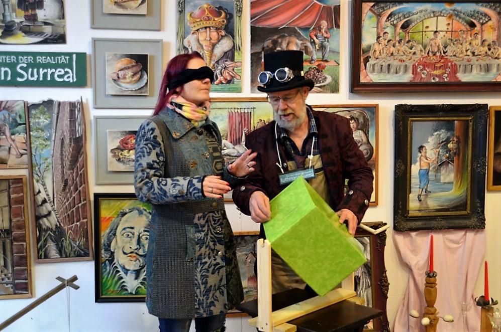 Nachdem Lothar Ruthmann eifrig die grüne Lostrommel gedreht hat, zieht Saskia Bela mit verbundenen Augen die Karte mit dem Siegervorschlag. (Foto: © Martina Hörle)