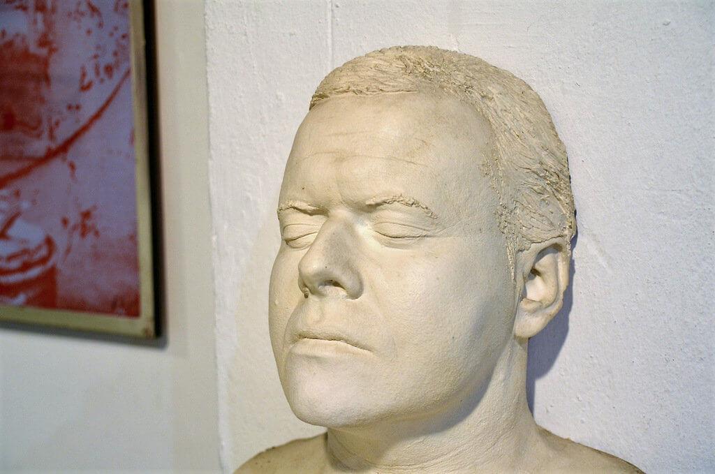 Die Totenmaske ließ HR Giger in jungen Jahren von sich selbst anfertigen. Der Künstler hatte schon früh eine Verbindung zum Tod. (Foto: © Martina Hörle)