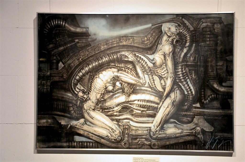Eine Darstellung der Erotomechanics zeigt monströse Figuren, halb Mensch, halb Maschine. Giger kombiniert Urkräfte des Lebens mit Urkräften technischer Produktion. (Foto: © Martina Hörle)