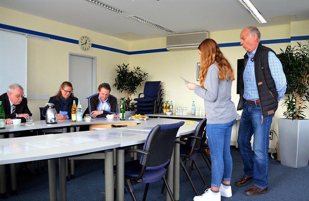 Die Teilnehmer zogen aus verdeckten Karten ihre Aufgaben. Jürgen Dahlmann (re.), Vorsitzender der Verkehrswacht, übernahm in den Rollenspielen den Part als Gegenspieler. (Foto: © Martina Hörle)