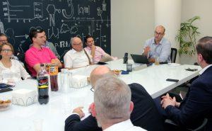 Udi Zamwel (re. am Kopfende des Tisches), Product Manager der israelischen Hi-Tech-Firma Nano Dimensions, stellte der Solinger Wirtschaftsdelegation am Montag sein Unternehmen vor. (Foto: © B. Glumm)