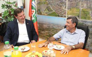 Oberbürgermeister Tim Kurzbach (li.) im Gespräch mit Yossi Shvo, der bereits seit 25 Jahren Bürgermeister von Solingens Partnerstadt Ness Ziona ist. (Foto: © B. Glumm)