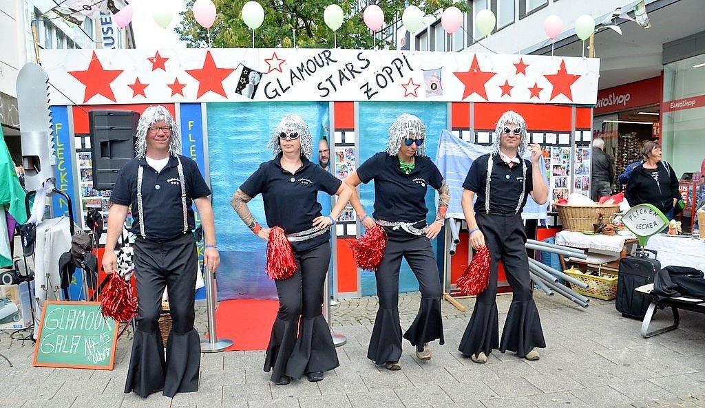 Die glamouröse Tanzgruppe der Flecken Lecker legte zu heißer Disco-Musik eine kesse Sohle auf den Asphalt. (Foto: © Martina Hörle)